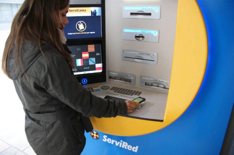Caixabank bbva y santander cobrar n hasta 2 euros a los for Santander cajeros madrid