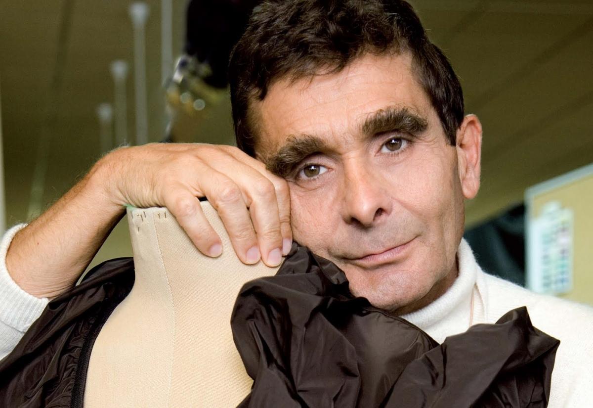 Adolfo dom nguez mantiene estables sus p rdidas en los 12 for Tiendas adolfo dominguez valencia