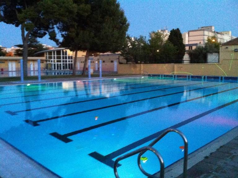 la nica piscina municipal de valencia que abre de noche