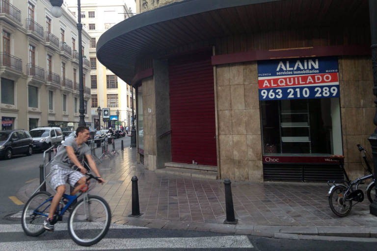 Amelia delhom abre su segunda tienda de muebles en for Recogida muebles ayuntamiento valencia