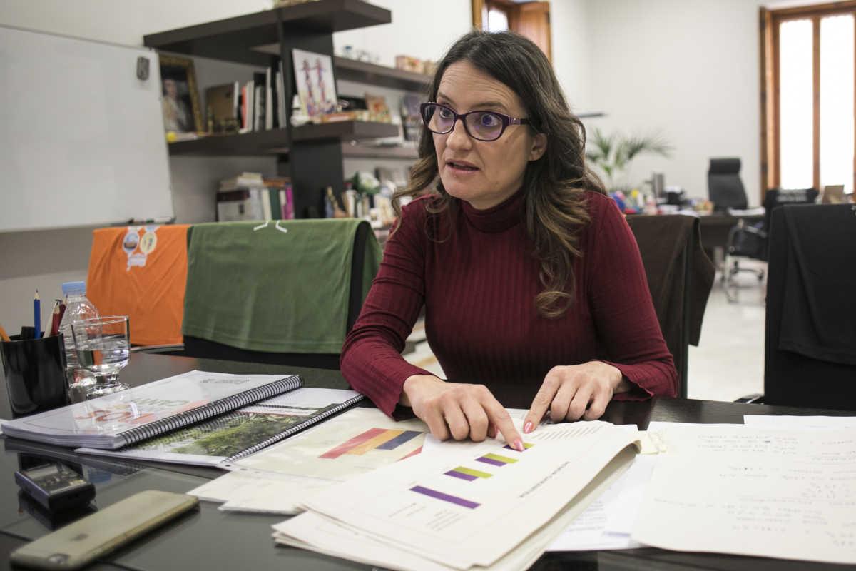 La vicepresidenta del Consell muestra unas gráficas sobre renta durante el encuentro con Valencia Plaza. Foto: EVA MÁÑEZ