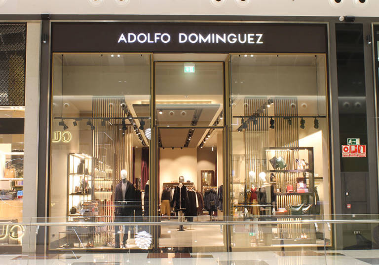 Adolfo dom nguez vende un 33 m s en complementos este for Tiendas adolfo dominguez valencia