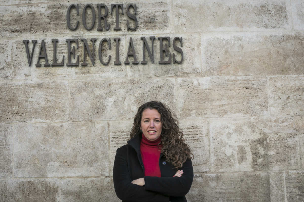 Beatriz Gascó frente a Les Corts Valencianes. Foto: EVA MAÑEZ