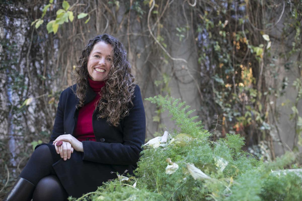 Beatriz Gascó en el patio ficus de Les Corts. Foto: EVA MAÑEZ