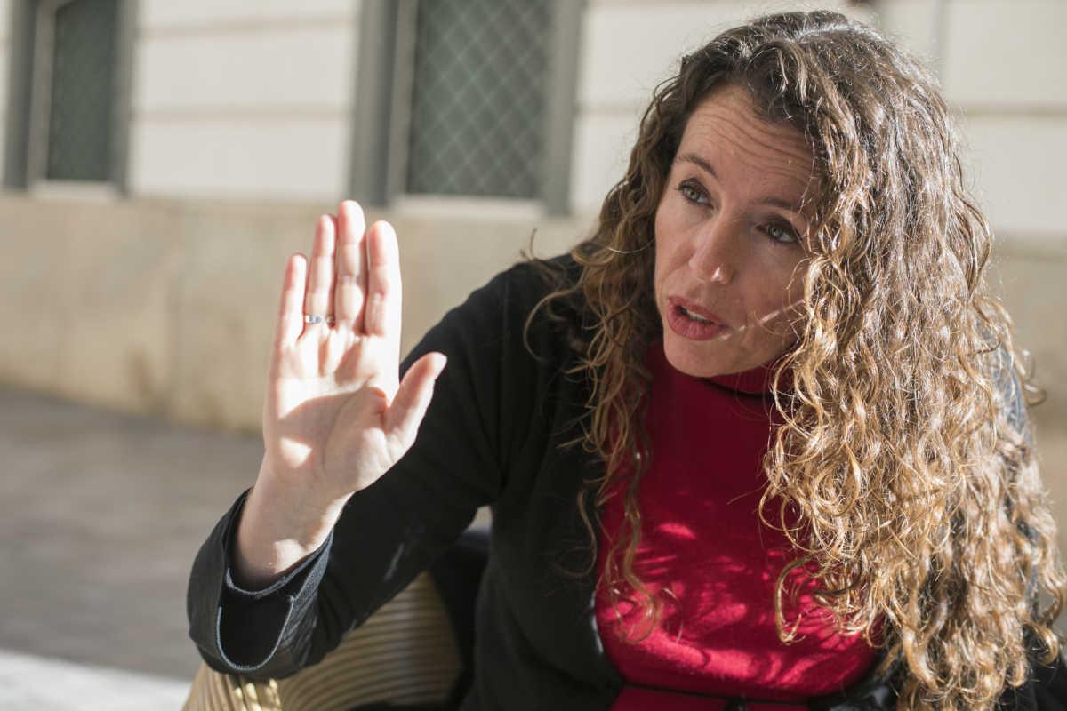 Beatriz Gascó en las inmediaciones de la Cámara valenciana. Foto: EVA MAÑEZ