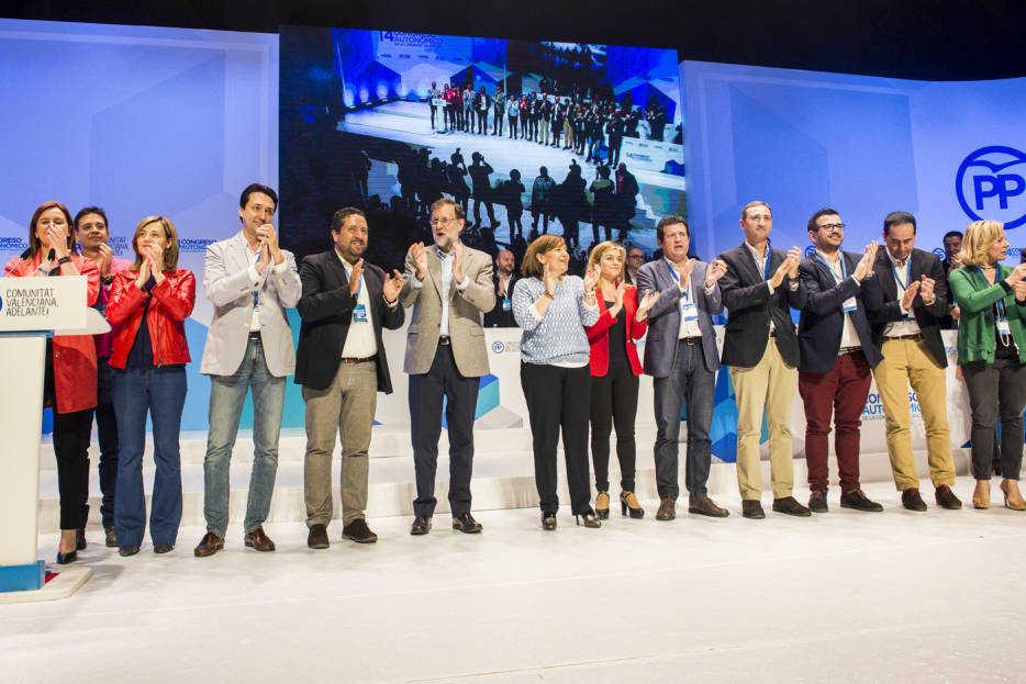 Los protagonistas del PPCV junto a Rajoy en el escenario. Foto: EVA MÁÑEZ
