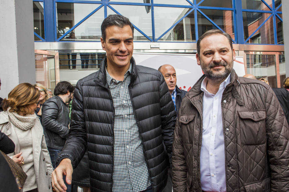Pedro Sánchez y José Luis ÁBalos en un mitin en Xirivella. Foto: EVA MÁÑEZ