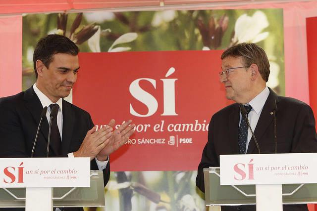 Pedro Sánchez aplaude a Ximo Puig en un acto en València. Foto: EFE