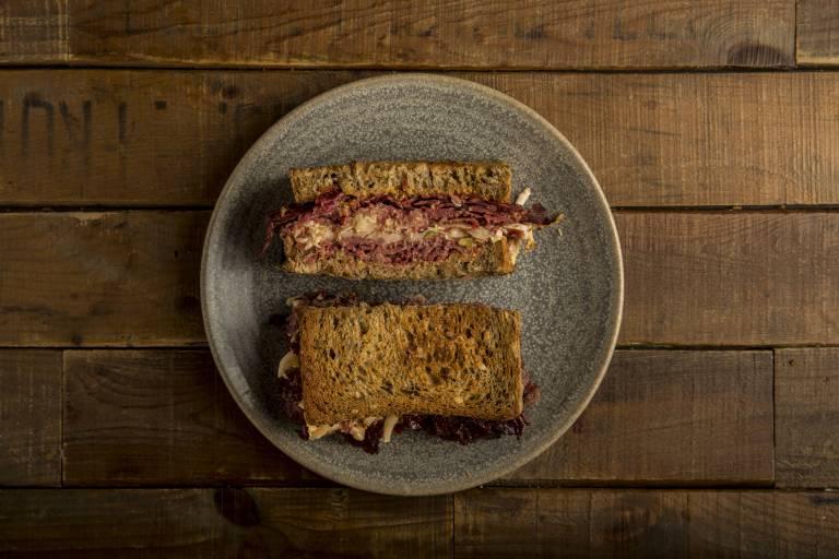 Sándwiches de pastrami por los que merece la pena morir infartado (y ...