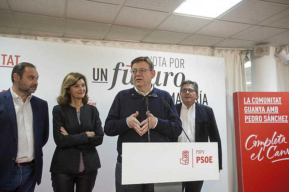 Ximo Puig en la noche electoral de las generales de 2015 flanqueado por Ábalos, Botella y Boix. Foto: EVA RIPOLL