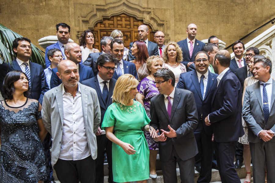 Los diputados provinciales al completo. Rodríguez (PSPV) y Contelles (PPCV) hablan en el centro. Foto: EVA MÁÑEZ