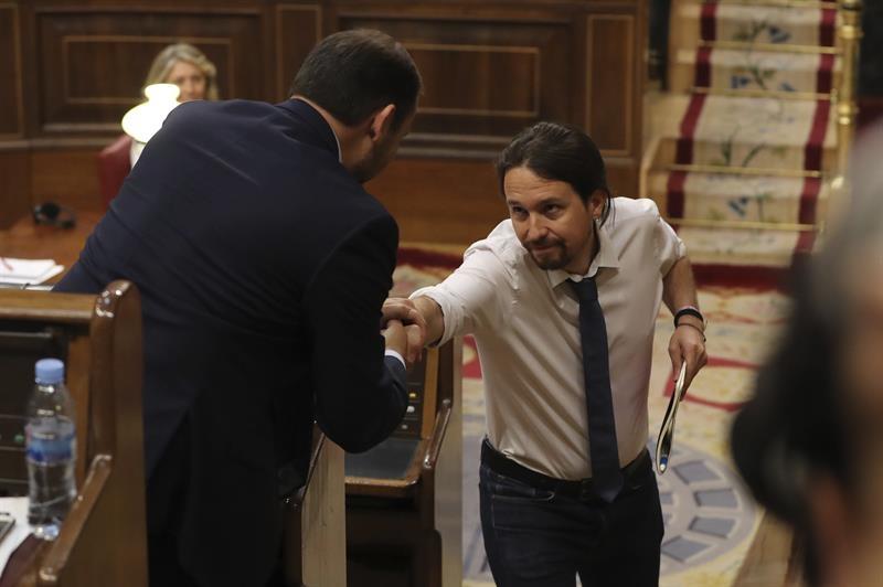 Pablo Iglesias y José Luis Ábalos se saludan durante el debate. Foto: EFE