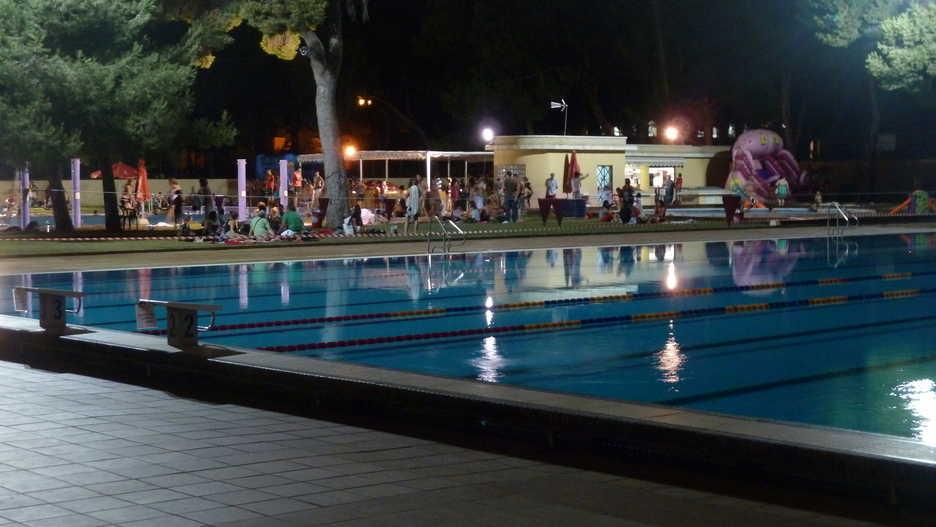 Val ncia las fiestas nocturnas vuelven a la piscina del for Piscina del oeste valencia
