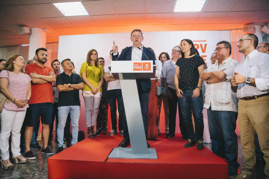 Ximo Puig junto a miembros de su candidatura durante su discurso de victoria. Foto: KIKE TABERNER