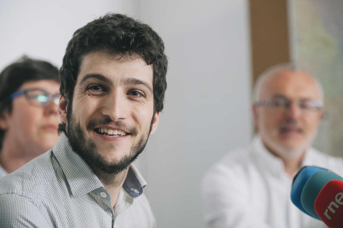 Estañ, con Pilar Lima y Antonio Montiel al fondo tras su victoria en la Asamblea Ciudadana. Foto: KIKE TABENER