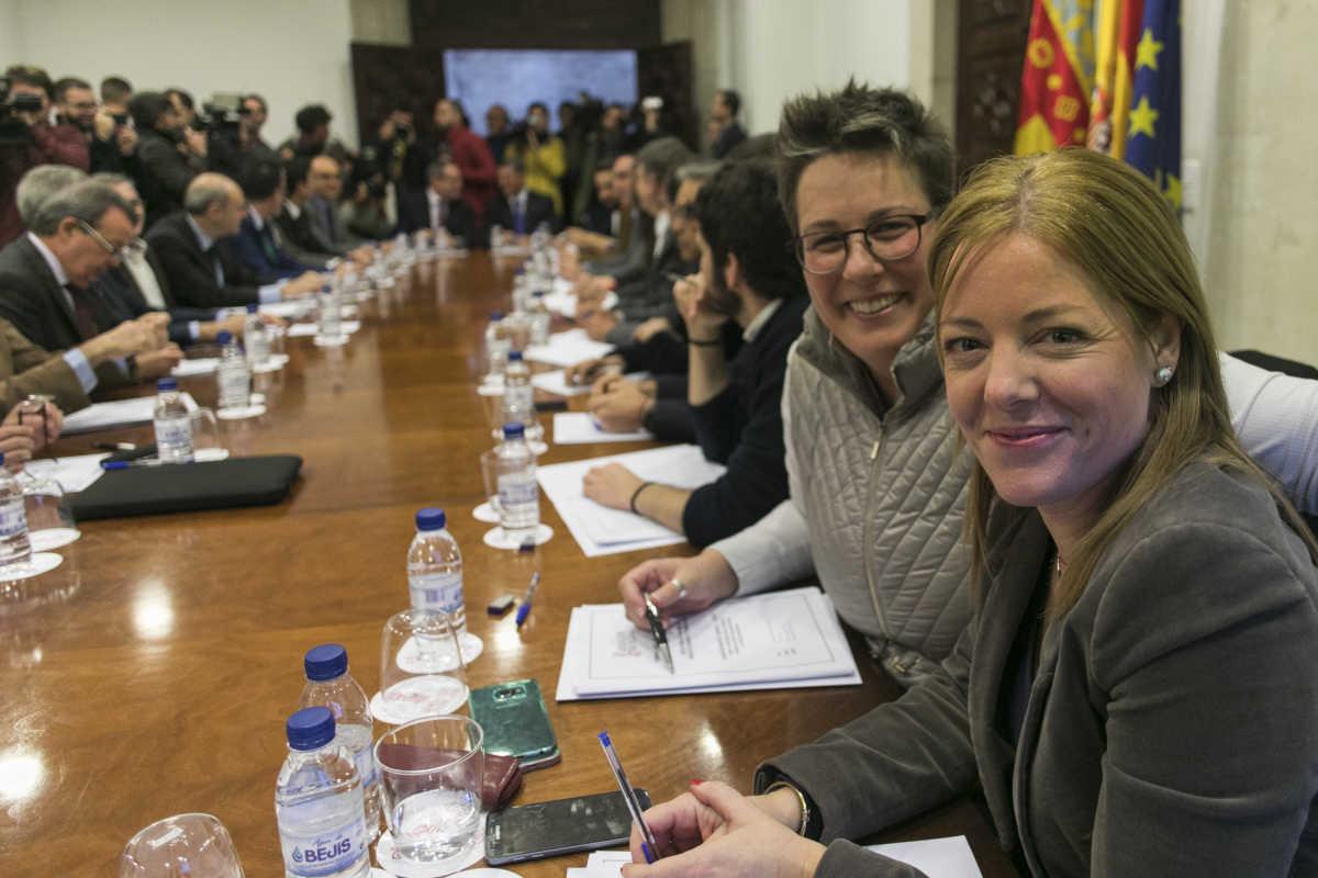 Clara Ferrando y María José Mira, en la reunión. Foto: EVA MÁÑEZ