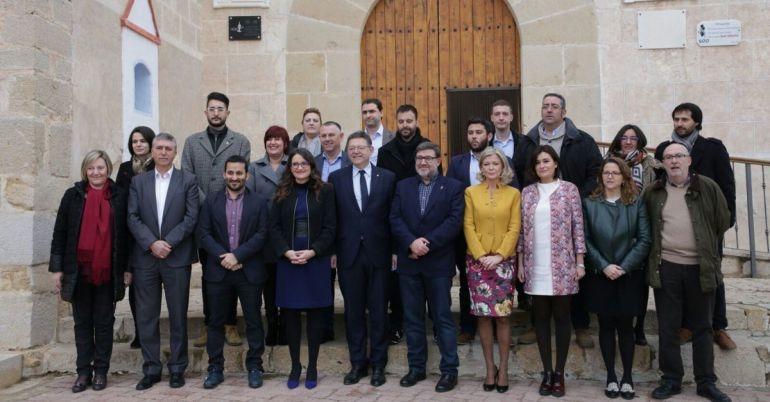 Foto de familia del Seminari d'Hivern de Benicarló con Puig, Oltra, los consellers y miembros del gobierno municipal