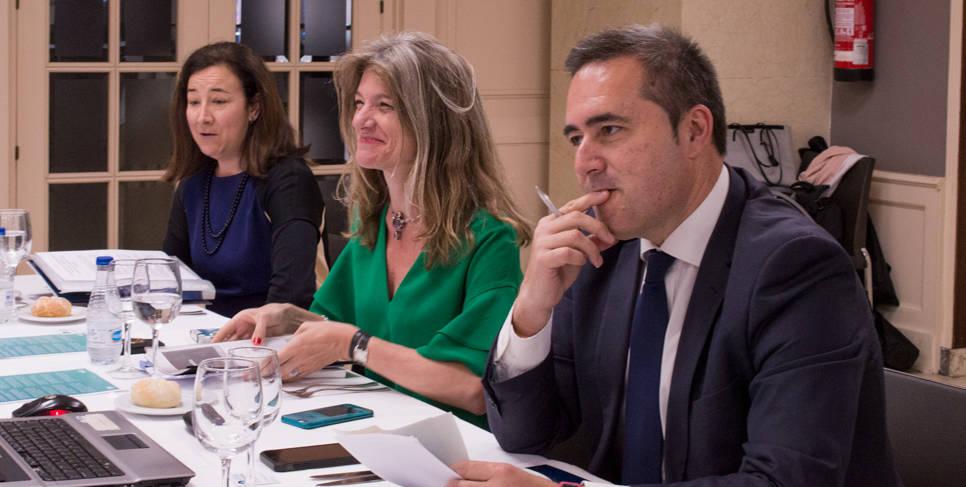 De izquierda a derecha: Isabel Giménez, Gemma Cernuda y José María Santos