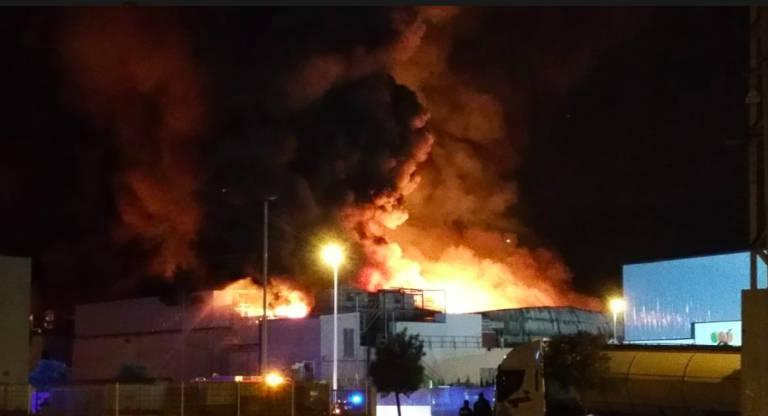 Un Incendio Destruye La Fabrica De Pan De Mercadona En Pucol