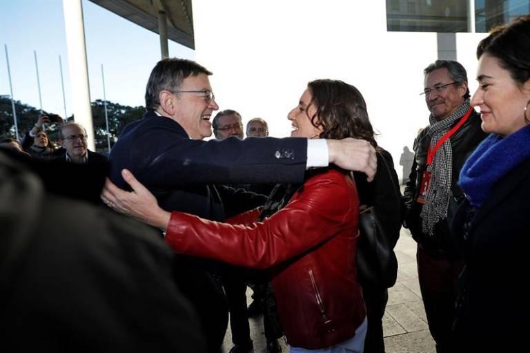 Ximo Puig y Mercedes Caballero se abrazan en el congreso del PSPV. Foto: EFE