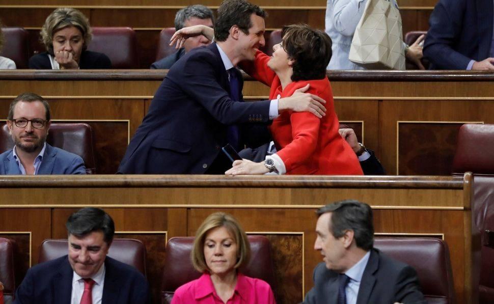 Pablo Casado y Soraya Sáenz de Santamaría se saludan en el Congreso. Foto: EFE
