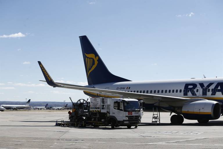 dbb2359ab Polémica servida con la decisión de Ryanair de cobrar por el equipaje de  mano desde noviembre