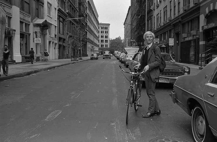 Andy Warhol con su vehículo