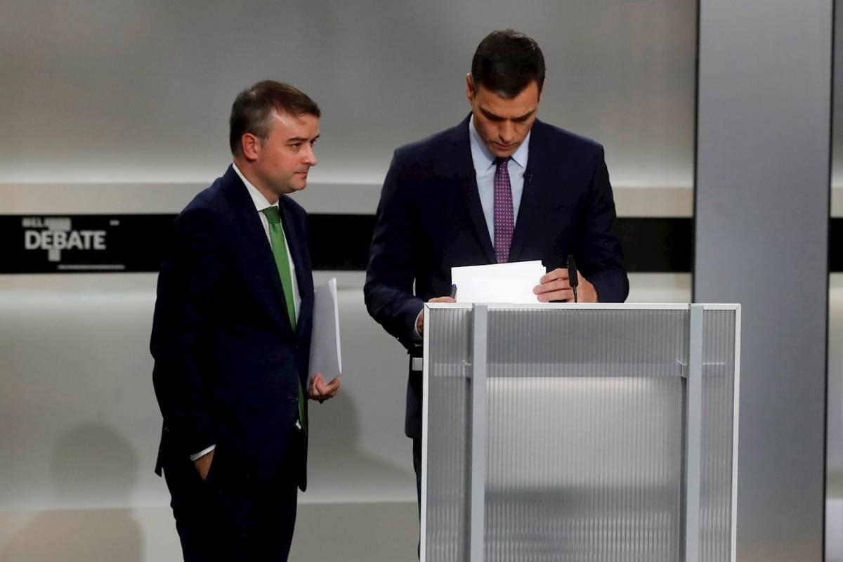 Pedro Sánchez, con su asesor Ivan Redondo. Foto: EFE/JUAN CARLOS HIDALGO