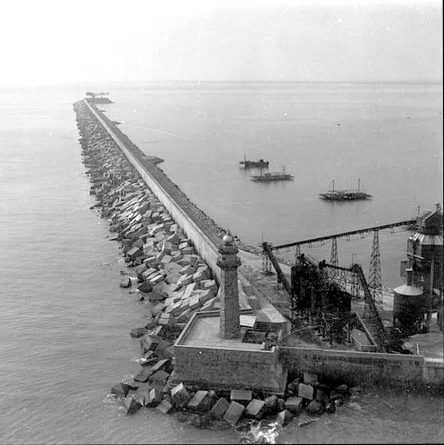 La vella farola durant la construcció del nou dic de l'est
