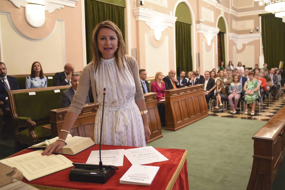 Begoña Carrasco prestando juramento. (Foto: CARLOS PASCUAL)