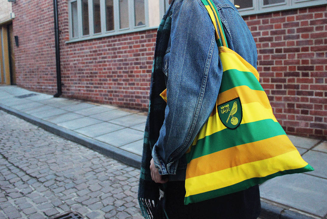 Una bolsa de Equipo a partir de una camiseta vintage del Norwich City Football Club. Crédito: Equipo y Patterns of Play.
