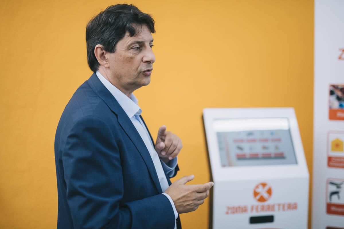 Beltrán con una de las máquinas del kiosko online. Foto: KIKE TABERNER