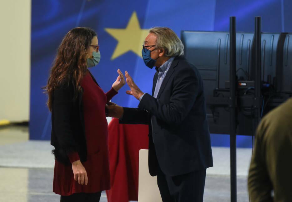 Oltra dialoga con el síndic socialista, Manolo Mata, un día después del conflicto con Soler. Foto: EDUARDO MANZANA