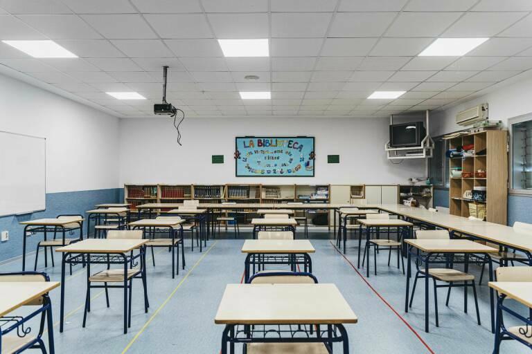 Aula de un colegio vacía. Foto: BORJA ABARGUES