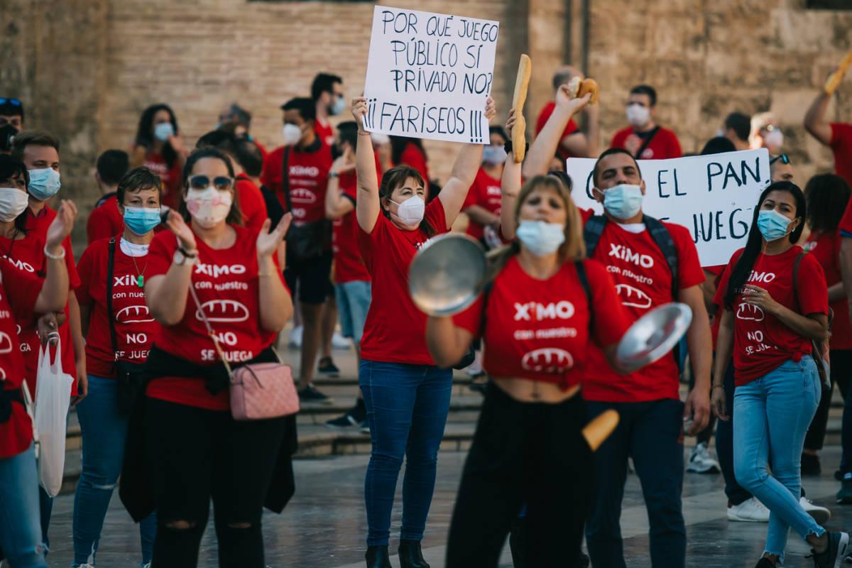 Protesta de trabajadores en la plaza de la Virgen. Foto: KIKE TABERNER