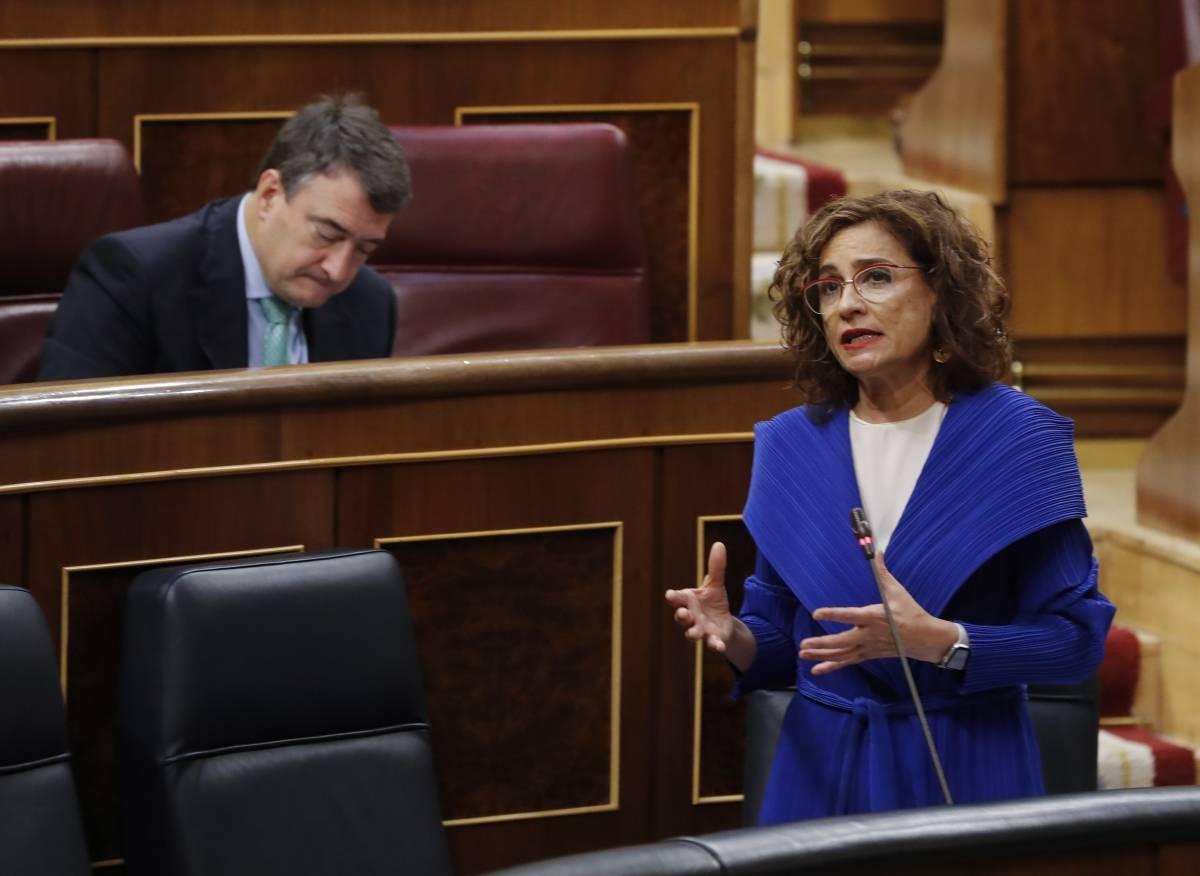 María Jeús Montero responde a Baldoví. Detrás, Aitor Esteban. Foto: POOL