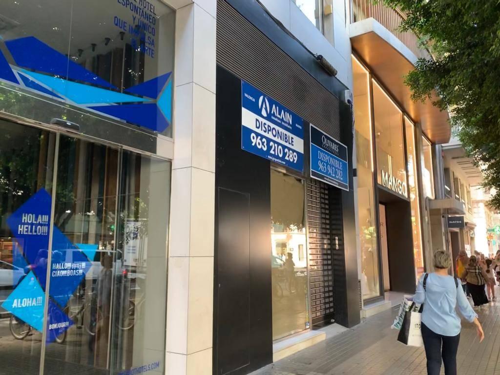 Marciano (Guess) baja la persiana en la calle Colón de ...