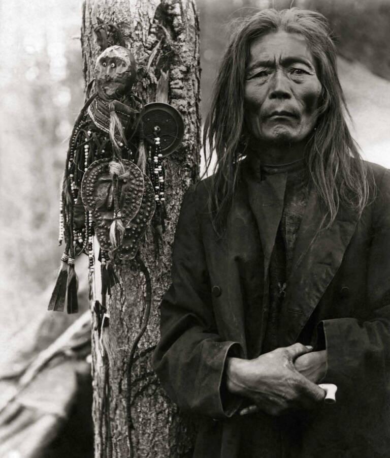 El chamán Fiodor Poligu con imágenes de los espíritus protectores. Siberia Oriental. Foto: KONSTANTIN ALEXANDROVICH MASLENNIKOV