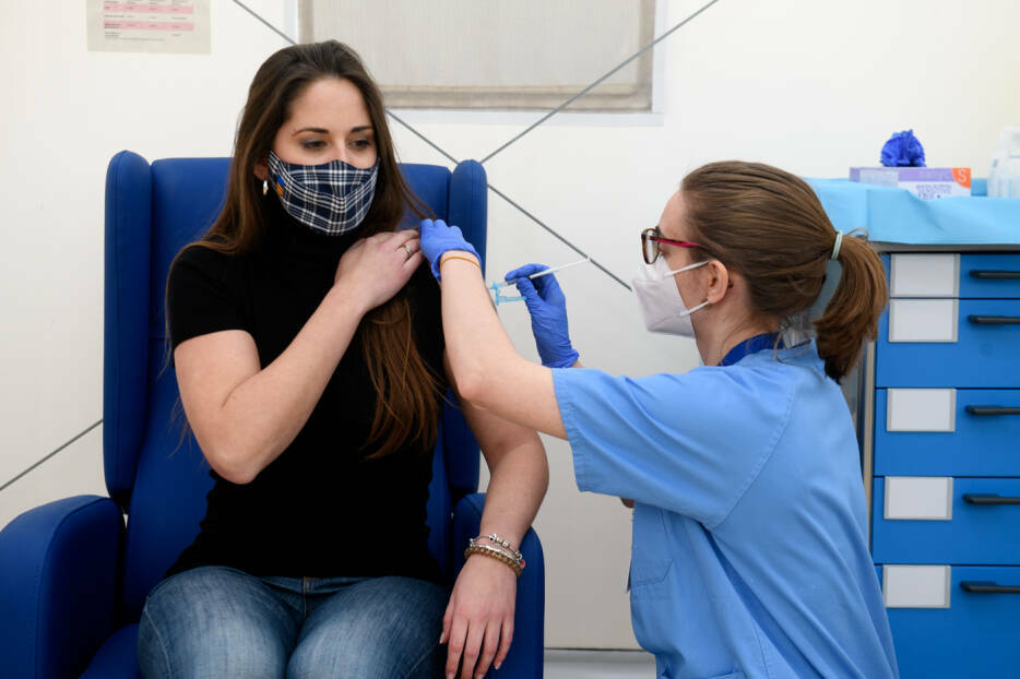 Vacunación de docentes en València. Foto: KIKE TABERNER