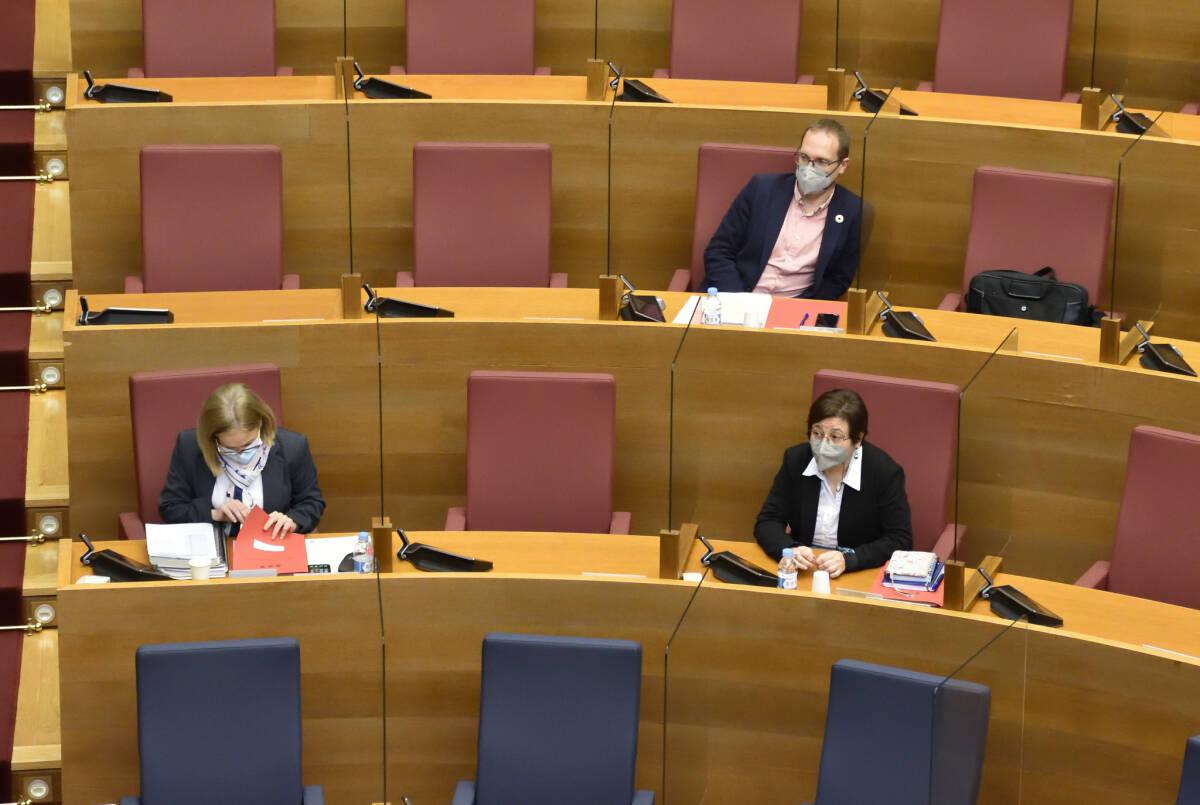 Bancada del PSPV este lunes en la comisión. Foto: CORTS/INMA CABALLER