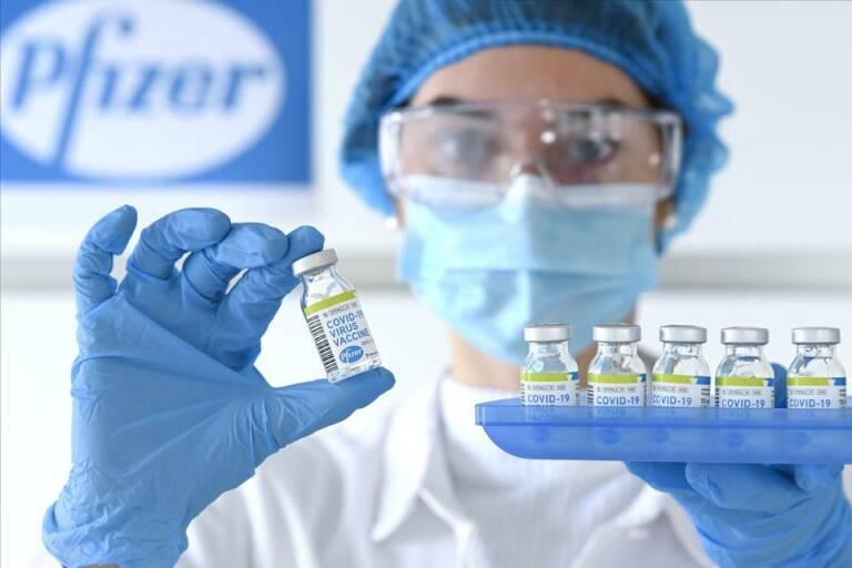 Una dosis de vacuna covid reduce casi 50% transmisión en el hogar