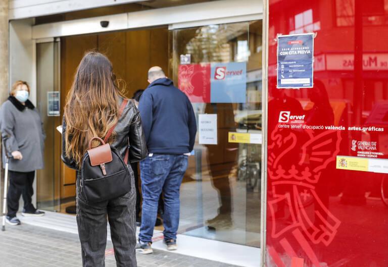 Varias personas con cita previa esperan para entrar en una oficina del SEPE en Valencia. Foto: ROBER SOLSONA/EP